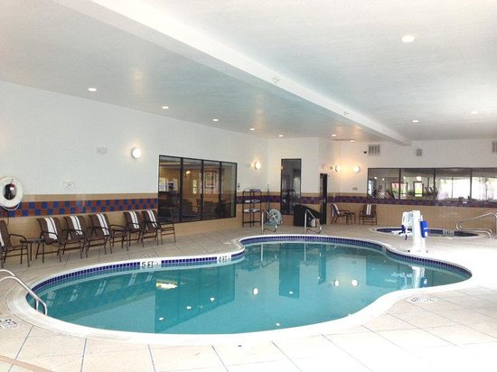 Holiday Inn Express & Suites Bridgeport: Swimming Pool
