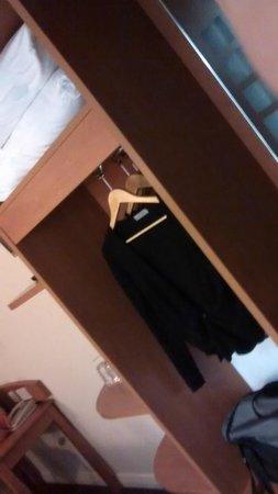 Premier Inn London Blackfriars (Fleet Street) Hotel : Hanging space