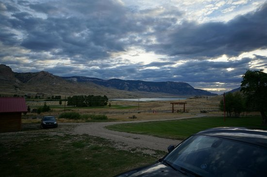 Schmalz's Red Pole Ranch and Motel: View from our front door early in the morning