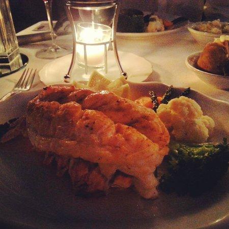 Topiarys Restaurant & Lounge : 10oz Lobster