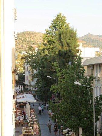 Urkmez Hotel: Calle desde la terraza