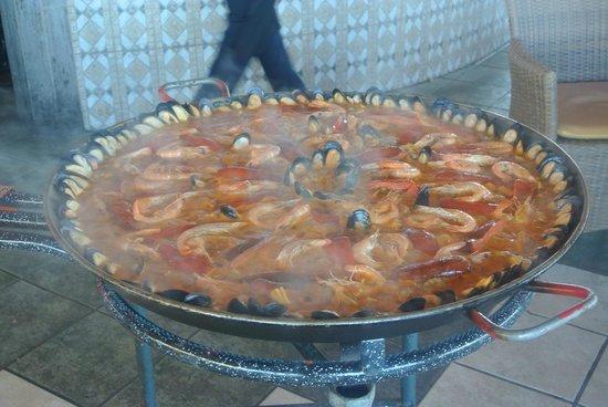 Barceló Santiago: paella au bar de la piscine