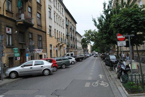 4Seasons Apartments Cracow : Calle (a la izquierda los apartamentos)