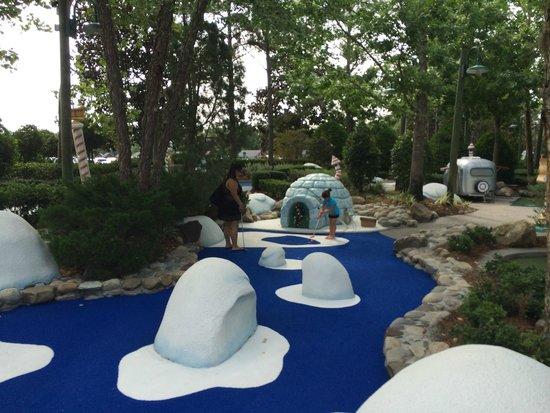 Disney's Winter Summerland Miniature Golf Course : fun golf course