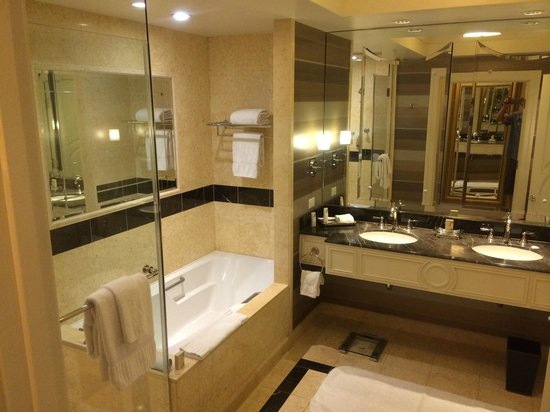 The Palazzo Resort Hotel Casino: Bathroom with Glass Shower and tub