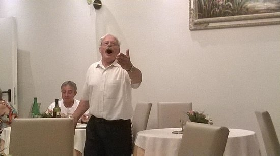 Hotel Club Sorrento: Franco seranading the guests at dinner