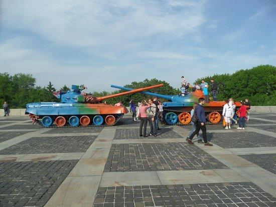 Rodina Mat (Motherland): 2 tanks on the square