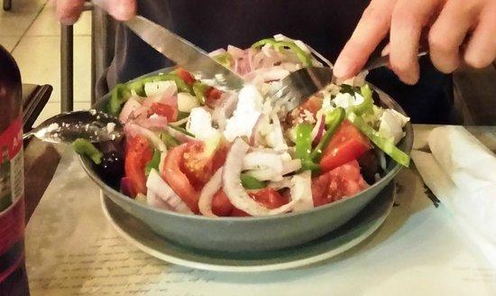 Zahoulis: Insalata greca (feta, pomodori, cipolla, cetrioli, peperoni e olive)