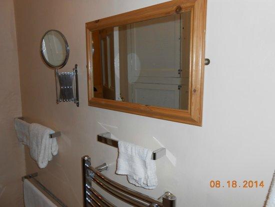 Kent House B&B: Convenient Touches in the Bath