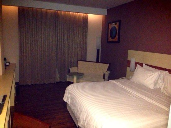 Hotel California Bandung: Big room at California hotel