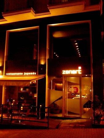 Restaurante Zenart: Fachada Zenart de noche
