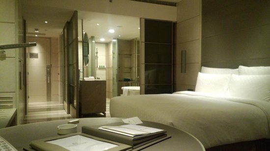 Hotel Nikko Saigon: 客室(バスルームのスライドドアを開けてある)
