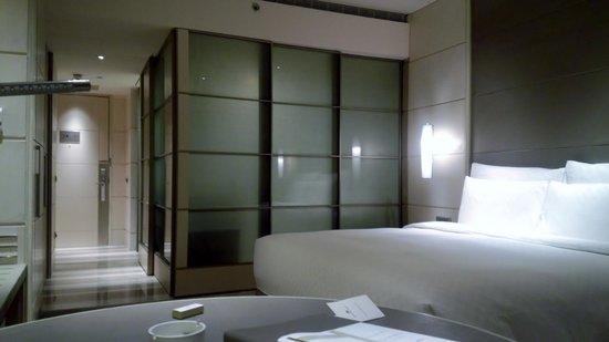 Hotel Nikko Saigon: 客室(バスルームのスライドドアを閉じてある)