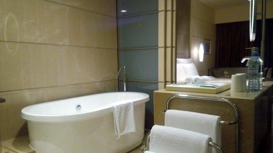 Hotel Nikko Saigon: 独立型の大きなバスタブ