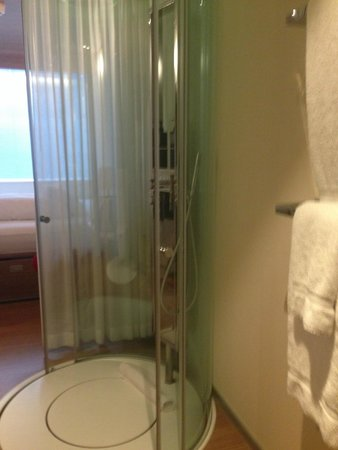 citizenM Amsterdam: See through shower in room!