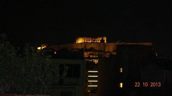 The Athenian Callirhoe Exclusive Hotel: Vista noturna da Acrópole a partir do restaurante do Hotel