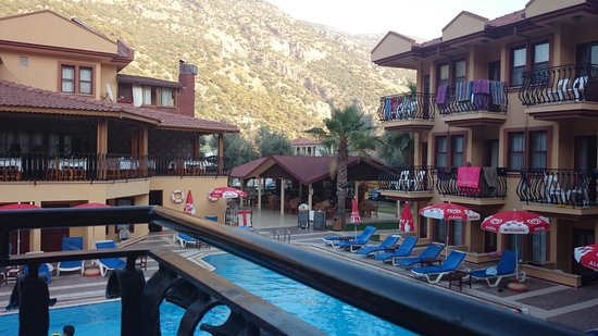Belcehan Beach Hotel: Pool & bar area