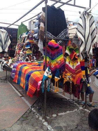 Plaza De Los Ponchos Mercado: Mercato di plaza dei poncho...