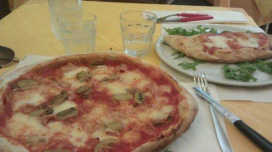 La Taverna di Pulcinella : Calzone y pizza de prosciuto e funghi (jamón y champiñones)
