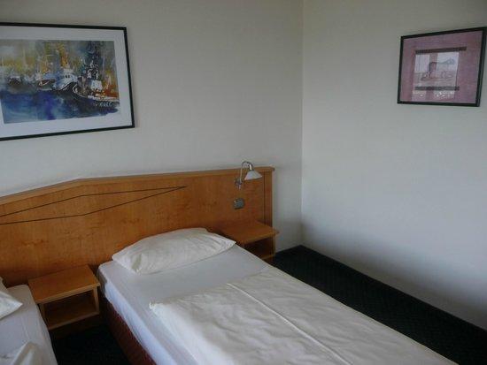 Hotel Panorama Hamburg-Billstedt: кровать