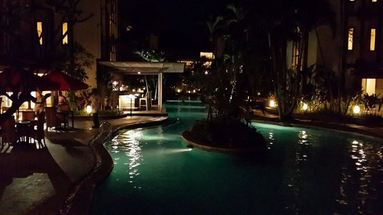 Prime Plaza Hotel Sanur - Bali : the pool at night
