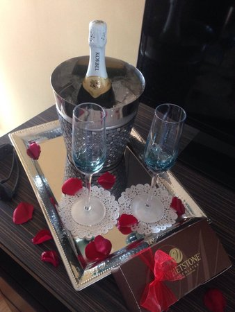 Edgewater Inn: Champagne and locally made chocolate covered strawberries, part of the sweethearts package. Our