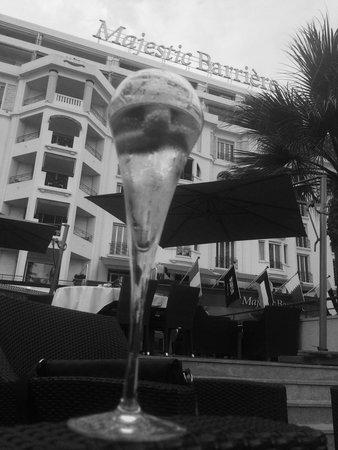 Hôtel Barrière Le Majestic Cannes : Apéro en mode cool