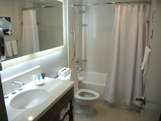 Crowne Plaza Seattle Downtown Area: Standard room bathroom.
