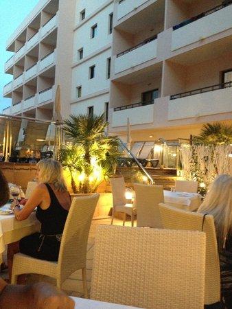 Invisa Hotel La Cala: piccola terrazza del ristorante