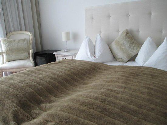 Seevilla Wolfgangsee: Fake-fur decor in Room 150
