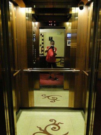 Hotel Saratoga: Lift