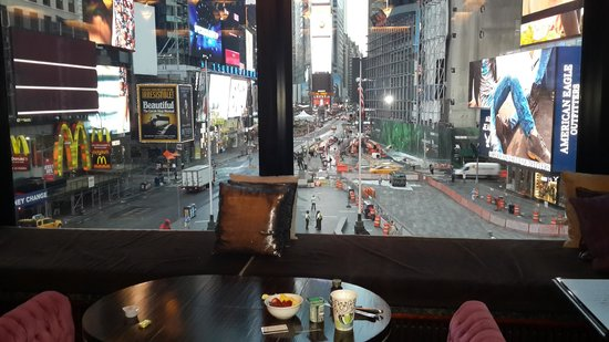Renaissance New York Times Square Hotel: Breakfast time view of Times Square from R-Lounge
