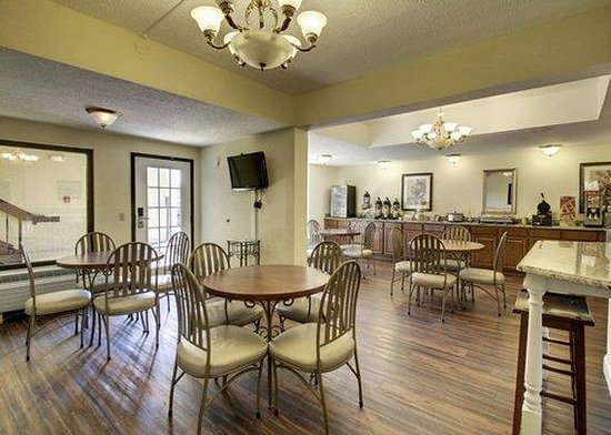 Quality Inn & Suites: SCBreakfast Seating