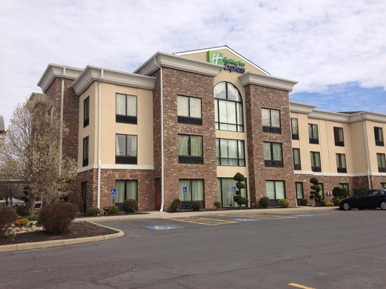 Holiday Inn Express Sharon/Hermitage: Hotel from the parking lot