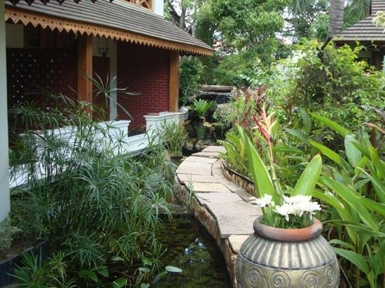 Hotel by the Red Canal, Mandalay : the grounds of this oasis