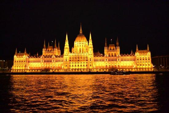 Legenda Sightseeing Boats: Parlamento de Budapest desde el Danubio