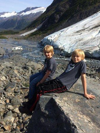 Byron Glacier Trail : Hanging around.
