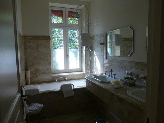 Hotel de la Cite Carcassonne - MGallery Collection : Bathroom of garden view room