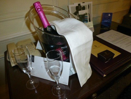 Hotel de la Cite Carcassonne - MGallery Collection : Complimentary local champagne