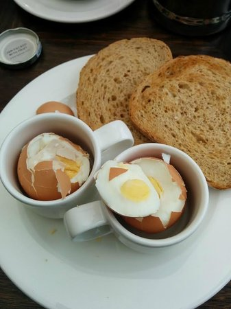 Macdonald Hill Valley Hotel, Golf & Spa: Supposedly soft boiled eggs in Espresso cups...