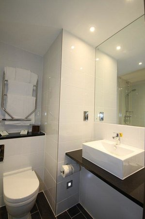 Holiday Inn Huntingdon Racecourse: Bathrooms are fitted with either a double shower or bath & shower