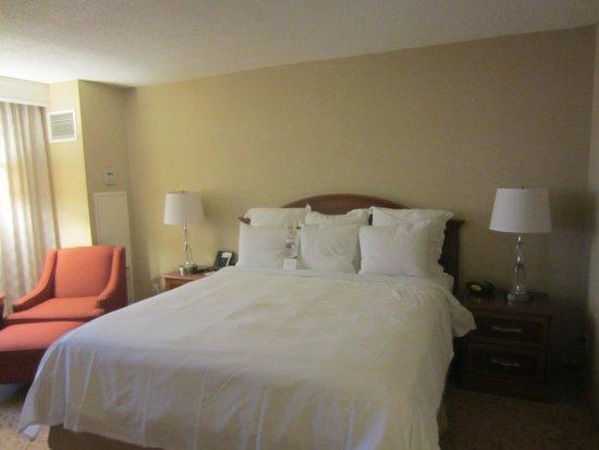 Toronto Airport Marriott Hotel: Standard Marriott bed with crisp, comfortable bedding