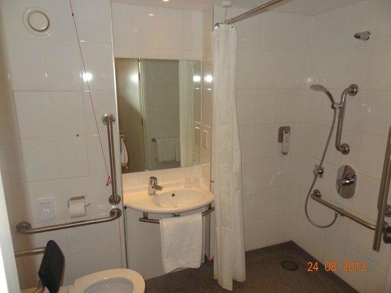 Ibis London Shepherds Bush: baño muy amplio con todas las necesidades¡¡¡