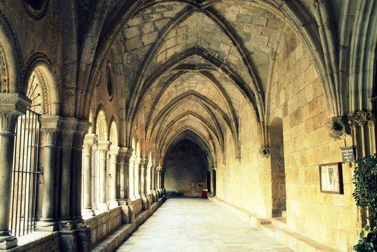 Catedral Basílica Metropolitana Primada de Tarragona: коридоры, окружающие внутренний двор