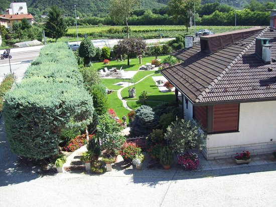 Villaggio Hotel Aquila: il giardino adiacente alla piscina