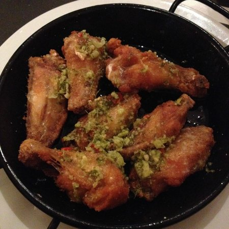 Taller de Tapas - Comtal : fried chicken wings with garlic