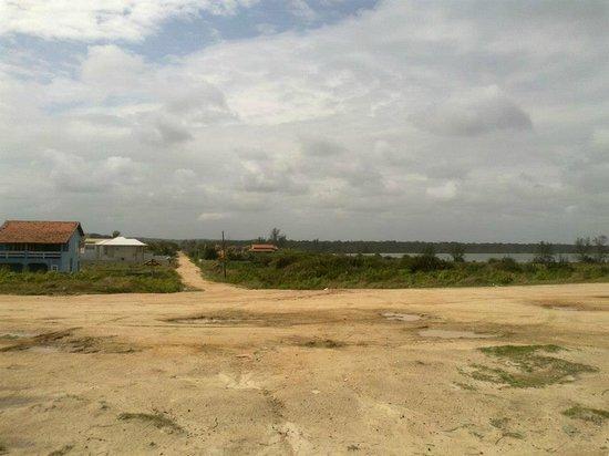 Vilatur Beach: Vista da praia para a lagoa e uma das ruas de Vilatur com algumas residências