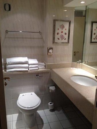 Bristol Marriott Hotel City Centre: nice clean bathroom, plenty of towels