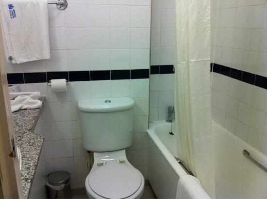 Tavistock Hotel: Baño