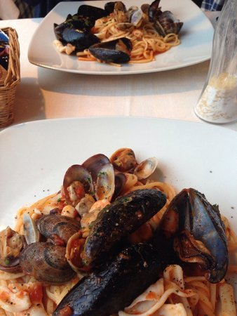 Le Colonne: Best pasta ever - seafood linguine, get it or regret it